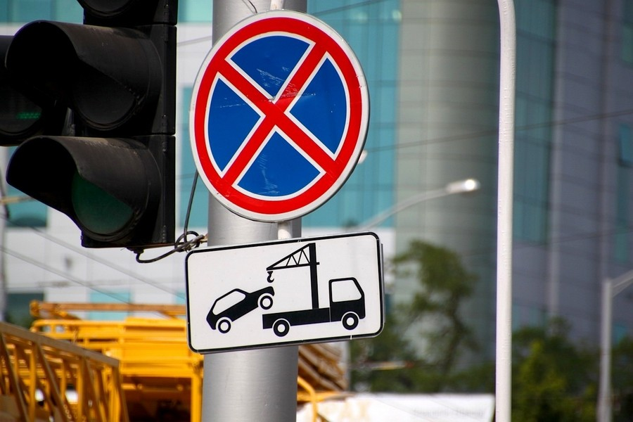 За какие нарушения правил парковки автомобиль могут отправить на штрафстоянку