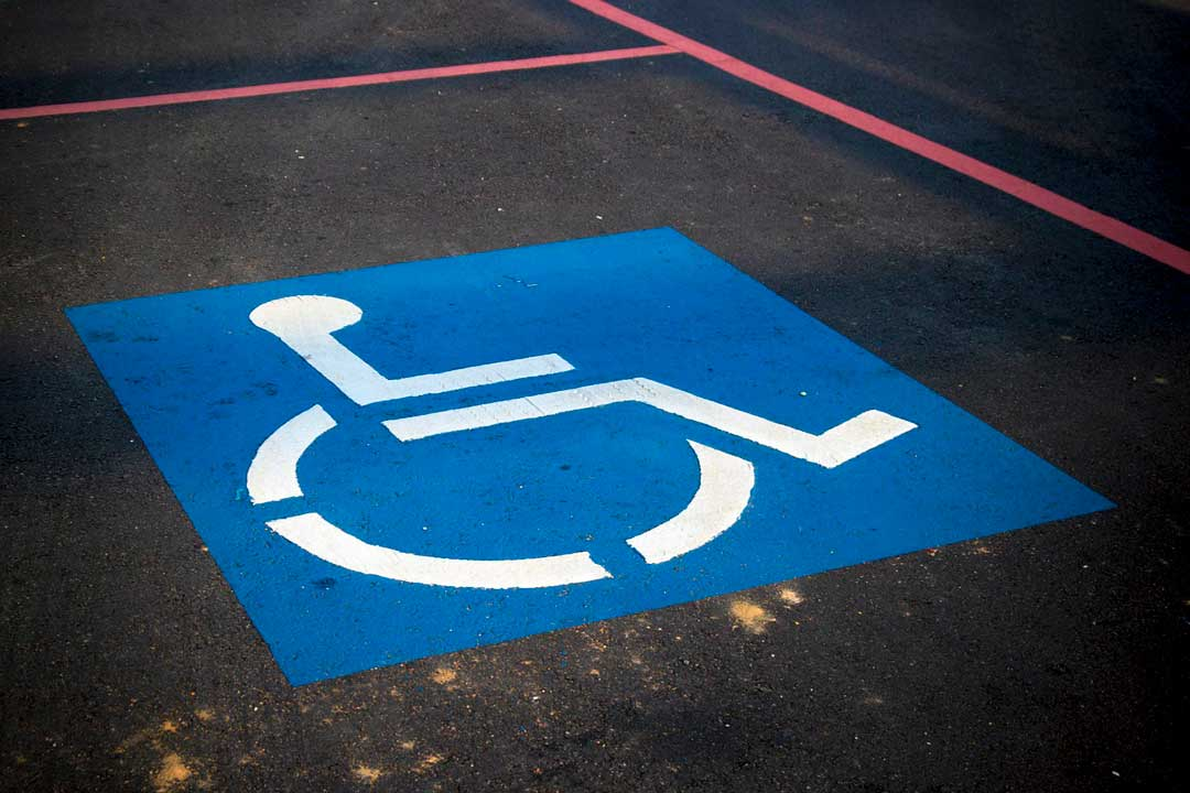 Инвалидам разрешат бесплатно парковаться в любом регионе России.